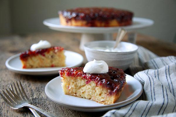 Медовый торт с клюквой и сливками