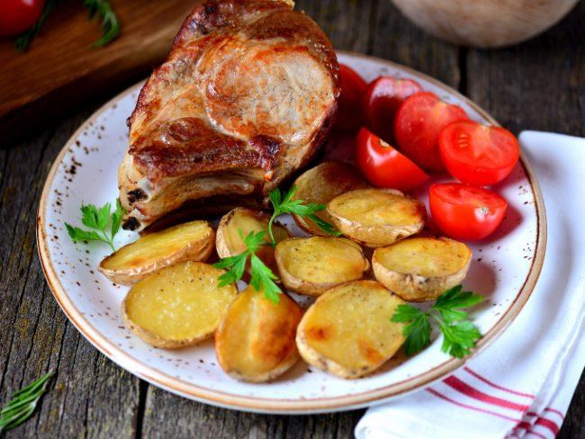 Корейка, запеченная с картофелем